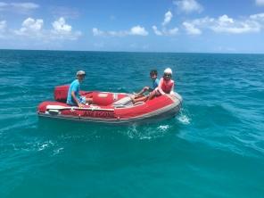 de l'eau, un bateau... des enfants heureux